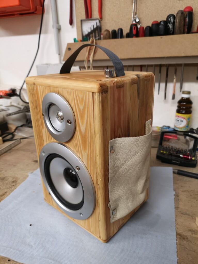 eine selbst gebaute Holzbox mit Lautsprecher